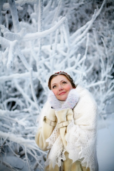 Portrait of the bride in a winter forest